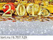 Золотистые цифры 2015 на блестящем фоне с новогодними украшениями. Стоковое фото, фотограф Владимир Ковальчук / Фотобанк Лори