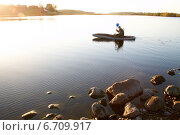 Охотник переплывает реку на надувной лодке. Стоковое фото, фотограф Мороз Елена / Фотобанк Лори