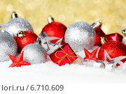 Купить «Красные и серебряные елочные игрушки на золотом фоне», фото № 6710609, снято 29 октября 2013 г. (c) Иван Михайлов / Фотобанк Лори