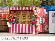 Купить «Тир для метания дротиков на ВДНХ», эксклюзивное фото № 6711693, снято 5 мая 2012 г. (c) Алёшина Оксана / Фотобанк Лори