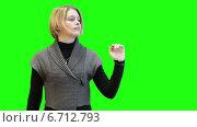 Купить «Симпатичная девушка с воображаемым экраном на зеленом хромакее», видеоролик № 6712793, снято 25 ноября 2014 г. (c) Кекяляйнен Андрей / Фотобанк Лори