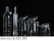 Стеклянные банки и бутылки на тёмном фоне. Стоковое фото, фотограф Суворкин Владимир / Фотобанк Лори