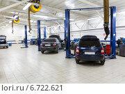 Купить «Автомобили на ремонте в автосервисе», фото № 6722621, снято 17 ноября 2014 г. (c) Евгений Ткачёв / Фотобанк Лори