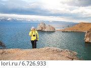 Туристка на берегу острова Ольхон на Байкале. Стоковое фото, фотограф Момотюк Сергей / Фотобанк Лори
