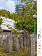 Купить «Столица Мальдив Мале, старое кладбище посреди города», фото № 6728505, снято 12 февраля 2013 г. (c) Сергей Дубров / Фотобанк Лори