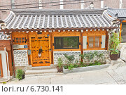 Купить «Жилой дом в традиционном корейском стиле на улице Naksanseonggwakseo-gil в Сеуле, Южная Корея», фото № 6730141, снято 28 сентября 2014 г. (c) Иван Марчук / Фотобанк Лори