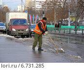 Купить «Дворник-гастарбайтер очищает дорогу от снега, Хабаровская улица, район Гольяново, Москва», эксклюзивное фото № 6731285, снято 19 декабря 2011 г. (c) lana1501 / Фотобанк Лори