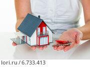 Купить «real estate agent with house and key», фото № 6733413, снято 17 октября 2019 г. (c) Erwin Wodicka / Фотобанк Лори