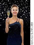 Купить «smiling woman holding glass of sparkling wine», фото № 6741389, снято 1 июня 2014 г. (c) Syda Productions / Фотобанк Лори