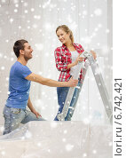 Купить «smiling couple with ladder at home», фото № 6742421, снято 26 января 2014 г. (c) Syda Productions / Фотобанк Лори