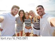 Купить «happy friends on beach and taking selfie», фото № 6743081, снято 13 июля 2014 г. (c) Syda Productions / Фотобанк Лори
