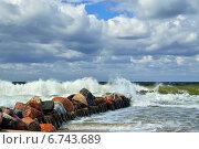 Купить «Море, волны, волнорез», фото № 6743689, снято 20 июля 2013 г. (c) Сергей Трофименко / Фотобанк Лори