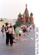 Купить «Moscow, people and Saint Basil's Cathedral on Red Square», фото № 6747381, снято 3 августа 1998 г. (c) Caro Photoagency / Фотобанк Лори