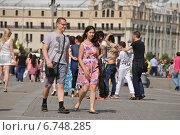 Купить «Довольные люди гуляют на Манежной площади в Москве», эксклюзивное фото № 6748285, снято 6 июля 2014 г. (c) lana1501 / Фотобанк Лори