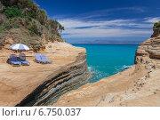 Купить «Пляжные лежаки и зонтики на скале над  морем», фото № 6750037, снято 12 июня 2012 г. (c) Anna P. / Фотобанк Лори