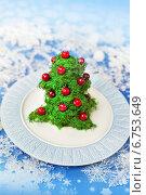 Купить «Салат - закуска в виде украшенной рождественской елки», фото № 6753649, снято 29 декабря 2013 г. (c) ElenArt / Фотобанк Лори