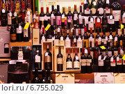 Купить «Showcase alcohol store in Logrono. Rioja», фото № 6755029, снято 28 июня 2014 г. (c) Яков Филимонов / Фотобанк Лори