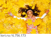 Купить «Лицо счастливой темнокожей девочки среди желтых листьев», фото № 6756173, снято 19 октября 2014 г. (c) Сергей Новиков / Фотобанк Лори