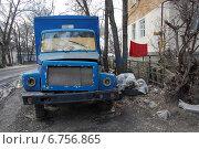 Автохлам в воронежском дворе. Стоковое фото, фотограф Мария Мухина / Фотобанк Лори
