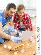 Купить «smiling couple measuring wood flooring», фото № 6765753, снято 26 января 2014 г. (c) Syda Productions / Фотобанк Лори