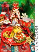 Купить «Новогодний праздничный стол с разными закусками и елочными украшениями», фото № 6769461, снято 21 декабря 2013 г. (c) ElenArt / Фотобанк Лори