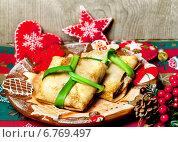 Купить «Блинные конверты, фаршированные, к новогоднему столу», фото № 6769497, снято 25 января 2014 г. (c) ElenArt / Фотобанк Лори