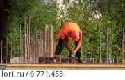 Рабочий устанавливает арматуру на строительстве жилого дома. Москва. Стоковое видео, видеограф Арташес Оганджанян / Фотобанк Лори