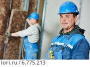 Купить «Construction worker at insulation work», фото № 6775213, снято 27 ноября 2014 г. (c) Дмитрий Калиновский / Фотобанк Лори