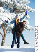 Купить «young happy people in winter», фото № 6775313, снято 22 января 2013 г. (c) Дмитрий Калиновский / Фотобанк Лори