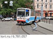 Купить «Пешеход переходит дорогу перед трамваем на Чистопрудном бульваре в Москве летом», эксклюзивное фото № 6781057, снято 30 июня 2014 г. (c) lana1501 / Фотобанк Лори