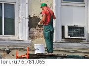 Купить «Рабочий ремонтирует фасад здания. Реконструкция Покровки в Москве летом», эксклюзивное фото № 6781065, снято 30 июня 2014 г. (c) lana1501 / Фотобанк Лори