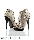 Купить «Пара светлых туфель на каблуках», фото № 6782785, снято 19 февраля 2013 г. (c) Никита Буйда / Фотобанк Лори