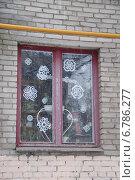 Купить «Окно украшенное бумажными снежинками», фото № 6786277, снято 10 декабря 2014 г. (c) Павел Москаленко / Фотобанк Лори