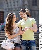Happy couple using the map at smartphone. Стоковое фото, фотограф Яков Филимонов / Фотобанк Лори