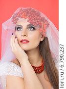 Купить «Арт-образ невесты Калина красная с бусами», фото № 6790237, снято 26 октября 2014 г. (c) Смирнова Лидия / Фотобанк Лори