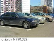 Купить «Машины, припаркованные на специальной парковке на Новоксинской улице в Новокосине в Москве», эксклюзивное фото № 6790329, снято 26 апреля 2012 г. (c) lana1501 / Фотобанк Лори