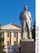 Купить «Памятник Ленину у Вологодского государственного университета», фото № 6791581, снято 11 сентября 2014 г. (c) Николай Мухорин / Фотобанк Лори
