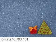 Купить «Новогодняя открытка с вязаным фоном», фото № 6793101, снято 8 октября 2014 г. (c) Gagara / Фотобанк Лори