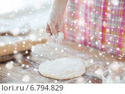close up of woman hand sprinkling dough with flour. Стоковое фото, фотограф Syda Productions / Фотобанк Лори