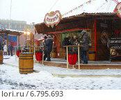 Купить «Люди в уличном кафе перекусывают. ГУМ-ярмарка на Красной площади в Москве», эксклюзивное фото № 6795693, снято 12 декабря 2014 г. (c) lana1501 / Фотобанк Лори