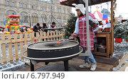 Купить «Повар обжаривает сосиски на гриле. ГУМ-ярмарка на Красной площади в Москве», эксклюзивное фото № 6797949, снято 13 декабря 2014 г. (c) lana1501 / Фотобанк Лори