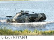 БМП-2 выходит из воды после форсирования озера (2007 год). Редакционное фото, фотограф Сергей Попсуевич / Фотобанк Лори
