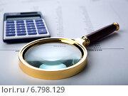Увеличительное стекло и калькулятор на документах. Стоковое фото, фотограф Александр Калугин / Фотобанк Лори