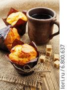 Купить «Маффины, сахар и кружка чая на деревянном столе», фото № 6800637, снято 14 декабря 2014 г. (c) Надежда Мишкова / Фотобанк Лори