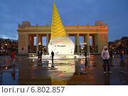 Купить «Необычная новогодняя елка в виде перевернутого рожка мороженого перед главным входом в парк им.Горького в Москве вечером», эксклюзивное фото № 6802857, снято 14 декабря 2014 г. (c) lana1501 / Фотобанк Лори