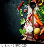 Купить «Деревянной ложкой и ингредиенты для приготовления еды», фото № 6807025, снято 4 ноября 2014 г. (c) Наталия Кленова / Фотобанк Лори