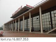 Купить «Здание морского вокзала в городе Владивосток», эксклюзивное фото № 6807353, снято 26 июля 2014 г. (c) Ольга Липунова / Фотобанк Лори