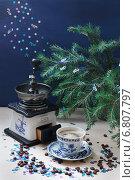 Ручная кофемолка, чашка кофе и новогодние украшения. Стоковое фото, фотограф Анна Губина / Фотобанк Лори