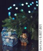 Новогодние подарки, еловые ветки и игрушечный медведь. Стоковое фото, фотограф Анна Губина / Фотобанк Лори