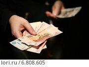 Купить «Российские рубли в руках на черном фоне», фото № 6808605, снято 16 декабря 2014 г. (c) Pavel Ivanov / Фотобанк Лори